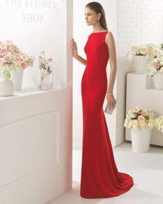 Abito silhouette di crepe con scollo a barchetta. Disponibile in colore rosso e cobalto.