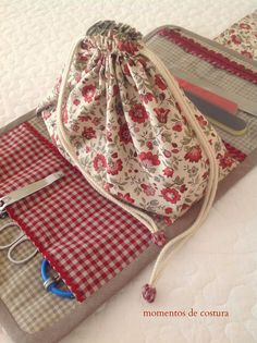 Manicure tote, with bag to put polish etc in in the middle of the tote. Small Sewing Projects, Sewing Hacks, Sewing Tutorials, Sewing Crafts, Sewing Case, Sewing Box, Sewing Notions, Sewing Kits, Sewing Patterns