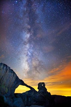 Yosemite and the milky way. Of all of the national parks, I have only been to the Grand Canyon. I would love to rent an RV and roadtrip it with my kids before they get too old! Beautiful Sky, Beautiful Landscapes, Beautiful World, Beautiful Pictures, Beautiful Places, Image Nature, All Nature, Science And Nature, Yosemite National Park