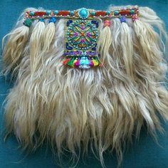 Cartera de lana de Asaff con borlas de lana y crochet, adorno mandala bordado en serraje y remate de serraje bordado con abalorios y piedras. Trasera de tela vaquera.  100 % Handmade.