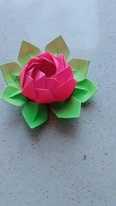 Flores de papel tutorias Origami origami passo a passo Cool Paper Crafts, Paper Flowers Craft, Flower Crafts, Instruções Origami, Paper Crafts Origami, Origami Videos, Origami Rose, Oragami, Diy Crafts Hacks