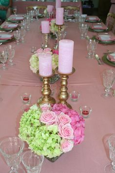 Dance all night long. A ballet dancer with a love for gold, pink and lots of fun. Golden chandeliers, pink candles and bouquets made of hydrangea and roses for a very luxurious feeling. View of the whole table.