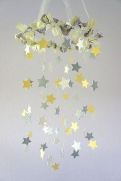 Mobile in gelb, weiß und hellgrau mit Sternchen