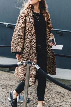 The elegant stylish loose leopard print long sleeve coat is a good choice of fashion and it suits many fall and winter occasions and you will love it. Brian Atwood, Cardigan Grande, Look Fashion, Winter Fashion, Fashion Coat, Coatdress, Tutu Rock, Look Office, Mode Mantel
