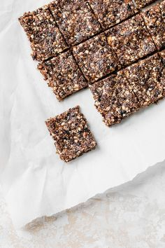 Healthy vegan raw fig bars that you can make in your food processor--no baking required! #vegan #figbars