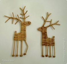 With this nice christmas / winter craft tutorial you can make these adorable paper weaved reindeers. With paper weaving you can not just only create cheap home decorations but you can upcycle magazines and newspapers. If you new in paper weaving for . Diy Felt Christmas Tree, Christmas Baskets, Christmas Love, Christmas Crafts, Christmas Ornaments, Reindeer Ornaments, Newspaper Crafts, Paper Crafts For Kids, Arts And Crafts