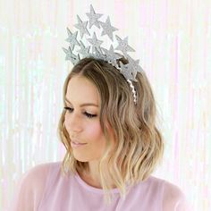 An easy and fabulous star crown perfect for parties, photo booths, Halloween, or New Years!