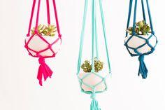 Para dar mais cor aos vasos e fazer deles pêndulos, o projeto da Brit+Co optou pelo macramê