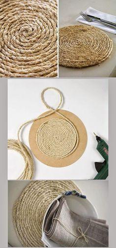DIY: Sousplat made with jute yarn Rope Crafts, Diy Home Crafts, Fun Crafts, Diy Home Decor, Arts And Crafts, Diy Para A Casa, Burlap, Craft Projects, Decoration