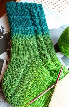 Fido Fido Always aspired to figure out how to knit, nonetheless not certain where to begin? This Definite Beginner Knitting S. Knitting Stiches, Knitting Socks, Hand Knitting, Knitting Patterns, Crochet Patterns, Ravelry, Bed Socks, Yarn Ball, Patterned Socks