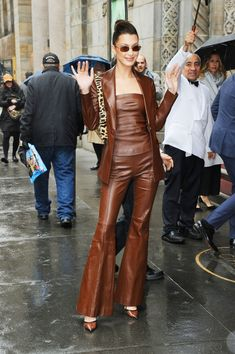 bella hadid style Bella Hadid Wears a Brown Leather Tube Top and a Leopard Print Shoulder Bag - Vogue Fashion Looks, 90s Fashion, Autumn Fashion, Fashion Outfits, Fashion Tips, Fashion Trends, Fashion Bella, Milan Fashion Weeks, Brown Fashion