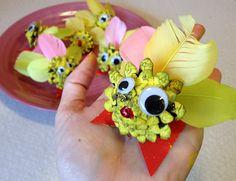 Cute easter chickens från pine cones. Kids craft DIY.
