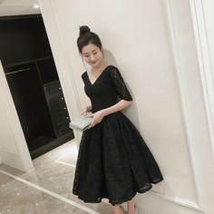 スッキリとしたVネックのミモレ丈ドレス。ブラックのフラワーレースで大人っぽい印象を作れます。スカート部分はたっぷりと生地を使ったボリューミィな仕上がり。バックコンシャスな背中あき&レースアップはサイズの微調整もできるうれしいデザインです。結婚式や謝恩会などのパーティーにピッタリの一着。