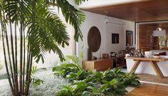 A estrela principal deste jardim de inverno é a palmeira macártur, que chega até o segundo andar da casa. A área verde fica ao lado de uma p...