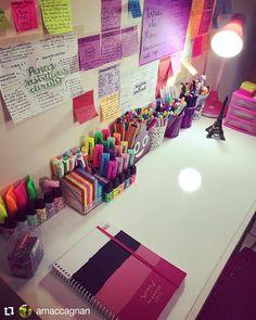 A imagem pode conter: área interna Study Room Decor, Cute Room Decor, Room Ideas Bedroom, Art Studio Room, Cool School Supplies, Aesthetic Room Decor, Desk Organization, Stationery, Desk Space