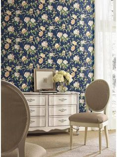 How to Create a Tranquil Cottage with Wallpaper Large Floral Wallpaper, T Shirt Costumes, Large Flowers, Arts And Crafts, Cottage, Curtains, Living Room, Create, Chairs