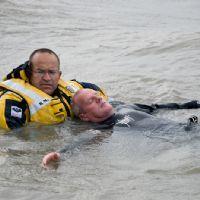 Oefening met kitesurfers. http://www.knrm.nl/waar-wij-zijn/reddingstations/hansweert/nieuws/?contentID=6CA5B1AF