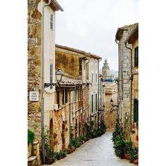 Thank you @pipps08 for sharing this remarkable view of our Carrer Filoses. #heritage #ignation #instadaily #igersmallorca #serradetramuntana #travelblogger #mallorca #majorca #photooftheday #balears #igers #thisismajorca #viewpoint #majorque #picoftheday #blogger #igersbalears #valldemossa #spain #espana #visitvalldemossa #wanderlust #streets #baleares #sonyalpha #travelphotography #streetstyle #streetphotography #holiday #architecture