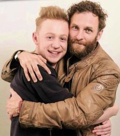 """Awww & I love this picture of Father and son Outlander Season 4, Outlander Casting, Outlander Tv Series, Outlander 3, John Bell, Laura Donnelly, Popular Book Series, Diana Gabaldon Books, Richard Rankin"