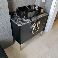 Il mobile bagno personalizzato con accessori in ottone lucido Dog Bowls, Vanity, Bathroom, Dressing Tables, Washroom, Powder Room, Vanity Set, Full Bath, Single Vanities
