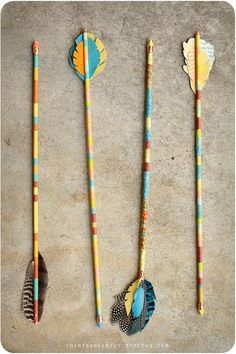 Vintage Arrow DIY tutorial, 3 ways. Thompson Family-Life: Vintage-Inspired Arrow Decor D. Crafts To Make, Crafts For Kids, Arts And Crafts, Diy Crafts, Paper Crafts, Arrow Decor, Do It Yourself Inspiration, Indian Party, Indian Diy