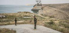 """Bâti au nord-ouest de Mossoulsur une roche soluble, fragilisé par la guerre contre Daech, l'immense édifice posé en travers du Tigre menace de rompre. Le """"pays des deux fleuves"""" va-t-il être submergé par une vague géante?"""
