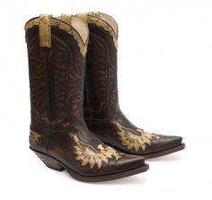 De las historias de forajidos, y también de héroes, de viajes sin destino, de peleas, de amores, de traiciones, de arena, de serpientes y de millas. De todo ese material están hechas estas botas. #Sendra #Boots #Botas #Man #Cowboy #Trend