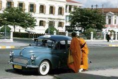 Taxi in Bangkok ภาพรถแท๊กซี่ยี่ห้อเรโนลจอดรับพระสงฆ์ที่บริเวณหน้ากระทรวงกลาโหม คาดว่าเป็นช่วงระหว่างปีพศ.2496-2500 เพราะในช่วงนั้น รถยี่ห้อเรย์โนลกับรถออสตินแวน นิยมนำมาทำเป็นรถแท๊กซี่ในกรุงเทพ