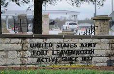 """""""Las prisiones juegan un papel muy importante en la economía de Leavenworth County, Kansas. Las dos penitenciarías del estado, una para cada sexo, se hallan allí. Y también la mayor prisión federal, Leavenworth, así como la más importante prisión militar de todo el país, Fort Leavenworth, lúgubres cuarteles disciplinarios del ejército y de la aviación de los Estados Unidos"""" Truman Capote.."""