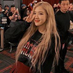 South Korean Girls, Korean Girl Groups, K Pop, Rose Pic, Divas, Cute Rose, Golden Hair, Blackpink Photos, Blackpink Fashion