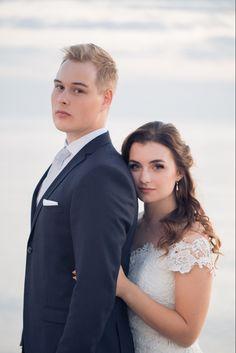 """2020 naimisiin menevät saavat kaikki ainutlaatuiset häät. Hääpäivä, juhlapaikka, ohjelma, kutsut ja teemat saattavat mennä uusiksi. Kesähäät onkin yhtäkkiä talvihäät. Valokuvaus mukautuu kaikkeen, ja mielelläni suosittelenkin valokuvat otettavaksi ilman kiirettä. Lue lisää tästä mun postauksesta """"Potretit -hääpäivänä vai ennen?"""" #häät #weddingphotography #jennituominenphotography Jenni, Lifestyle, Photography, Beautiful, Photograph, Fotografie, Photoshoot, Fotografia"""