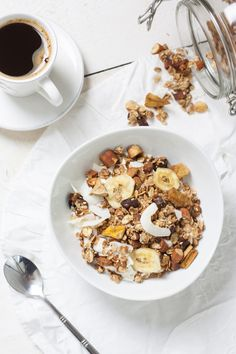 This granola recipe is a protein-rich meal consisting of a mix of oats, coconut almonds, and dried fruits. You can prepare it for your breakfast or during snacks. Healthy Desayunos, Healthy Snacks, Healthy Recipes, Healthy Cereal, Easy Recipes, Diet Recipes, Aesthetic Food, Food Inspiration, Love Food