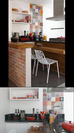 """Em um trecho da cozinha, o piso de porcelanato foi substituído por pastilhas de vidro pretas de 2 x 2 cm (Colormix). """"Queria um revestimento descontraído e também trazer charme para a área da bancada"""", explica a arquiteta Gisele. Na cozinha, bancada de granito preto (PedraCor) e móveis da Elgin Cuisine. O charme é a parede com uma faixa de azulejos pintados (75 cm de largura)."""