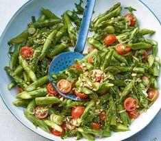 Ein Frühlingsgericht in Grün, dass besonders gut schmeckt, wenn man vor dem Servieren zerkrümelten Feta darüberstreut.
