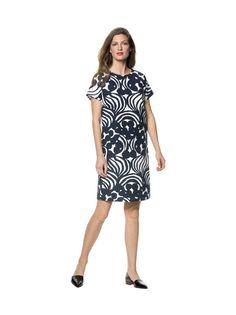 Tyylikkäässä suoralinjaisessa mekossa on näyttävä Keisarin puutarhassa -kuosi. Lyhythihaisen mekon takakappaleessa on piilovetoketju ja sivuilla avotaskut. Sisäpuolella on sileäpintainen vuorikangas. Mekon pituus koossa M on 99 cm. <br><br/> Materiaali on 97 % puuvillaa ja 3 % elastaania. Konepesu.