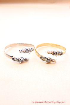 Argent ou or cheval Bracelet jonc ouvert, à Double cheval tête bracelet pour les femmes par SusyDeMarchiJewelry sur Etsy https://www.etsy.com/ca-fr/listing/241272416/argent-ou-or-cheval-bracelet-jonc-ouvert