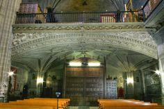 La construcción de la Iglesia de San Andrés Apóstol de Elciego se inició en la primera mitad del siglo XVI, bajo la dirección del cantero Juan de Asteasu,