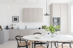 Striking kitchen with clean lines and contained dining area. Less is more in this gorgeous space! Found on hitta hem blogspot