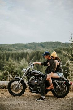 This Edgy Oregon Couple Took Their Motorcycle for a Spin Around Dorena Lake Edgy Motorrad Engagement Foto Inspiration Motorcycle Engagement Photos, Motorcycle Couple Pictures, Biker Couple, Engagement Pictures, Engagement Ideas, Picnic Engagement, Engagement Session, Motorcycle Photography, Motorcycle Travel