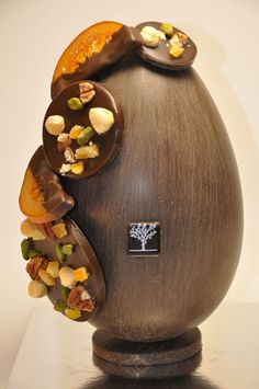Look no further as we bring you the best selection of Paris' gourmet chocolate delights this weekend. Chocolate Pack, Chocolate World, I Love Chocolate, Easter Chocolate, Christmas Chocolate, Christmas Sweets, Homemade Chocolate, Sublime Chocolate, Chocolate Showpiece