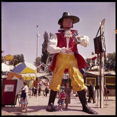 Le géant Gulliver, imaginé pas Charles Apothéloz interroge les visiteurs suisses de l'Expo sur leur identité et leurs valeurs, sur ce qu'ils pensent du travail, des femmes ou du communisme © Musée historique de Lausanne, Phot. Henry Wyden Lausanne, Hipster, Photography, Style, The Visitors, Youth, History, Radiation Exposure, Birth