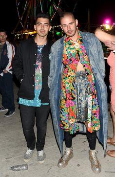 Pin for Later: Die Stars feiern ausgiebig beim Wüstenfestival Coachella Joe Jonas und Cole Whittle