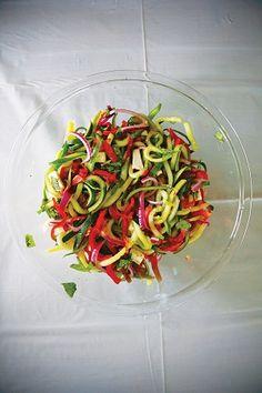 Una ensalada diferente. Merece probar esta receta fácil y rápida. Ingredientes: para 4 -6 – 1 pepino grande, dividida longitudinalmente, sin semillas y cortada en rodajas finas en sentido transversal – 1 cda. sal – 1/3 taza de aceite de oliva – 1/4 taza vinagre de arroz – 1/2 cdta. azúcar – Pimienta negra recién…