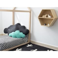 Ideales para la habitación de los niños. Cojin nube de diseño estilo nórdico y de algodón 100%. Hecho en España. Decora también con otros originales cojines de la colección con forma de nube, corazón, luna y sol.