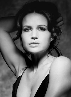 Carla Gugino is an American actress. Carla Gugino, Beautiful Celebrities, Beautiful Actresses, Beautiful People, Beautiful Women, Stunningly Beautiful, Hot Actresses, Portraits, Timeless Beauty