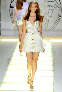 Versace Spring 2012 Ready-to-Wear Fashion Show - Nimue Smit