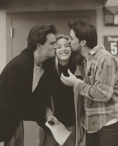 Behind the scenes of one of the most iconic sitcoms ever made. Friends being Friends Behind the scenes of one of the most iconic sitcoms ever made. Friends being Friends Friends Tv Show, Serie Friends, Friends Cast, Friends Episodes, Friends Moments, Friends Forever, Best Friends, Joey Friends, Chandler Friends
