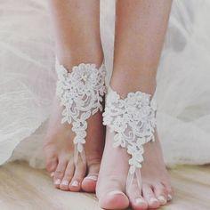 """""""¿planeas una boda en la playa? Esta idea de """"barefoot sandals"""" es una buena opción #weddindreamsv #accesorios #ideas #beachwedding """""""