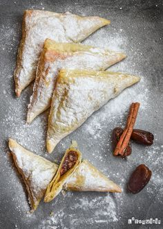 Puff pastry stuffed with dates. Puff pastry stuffed with dates and nuts (in Spanish) Cheesecake Recipes, Dessert Recipes, Desserts, Cheesecake Pie, Croissants, Arabian Food, Pan Dulce, Sweet Pastries, Muffins