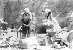 Carriers travaillant au marteau piqueur pneumatique (!?) Stone Quarry, Dordogne, Working People, Historical Pictures, Michel, Fossils, Mount Rushmore, Sculpting, Minerals
